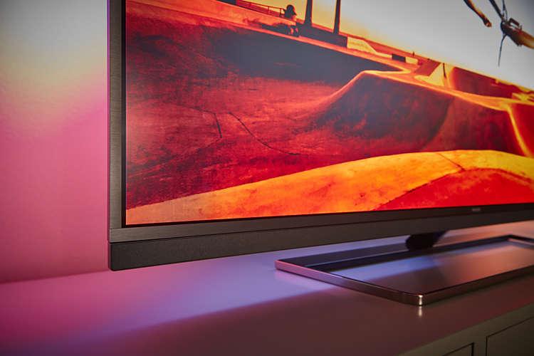 Aquí podemos ver lo elegante del televisor y la peana