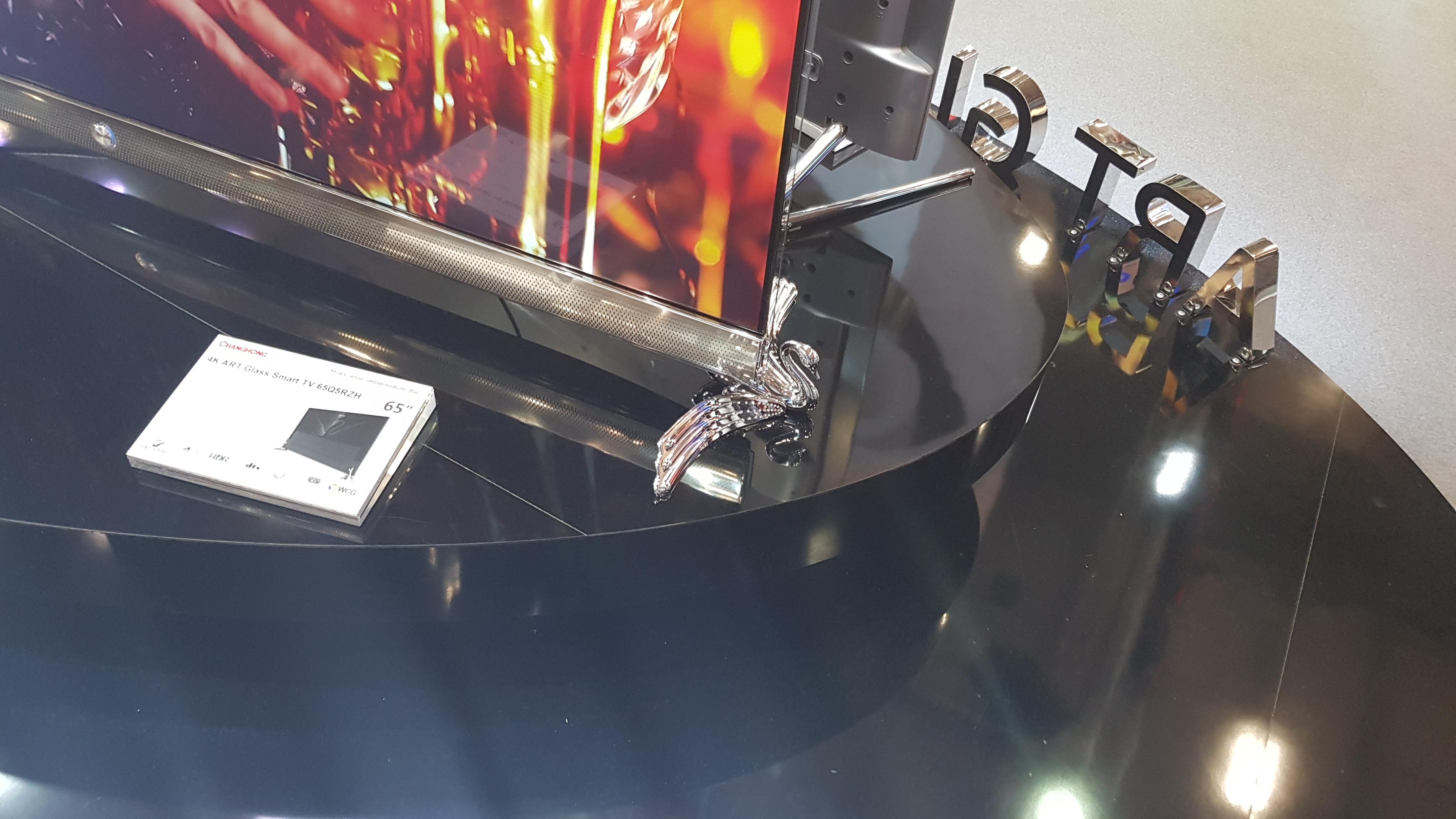 La innecesaria y opulenta base de uno de los televisores Changhong hecha en cristal de Swaroski