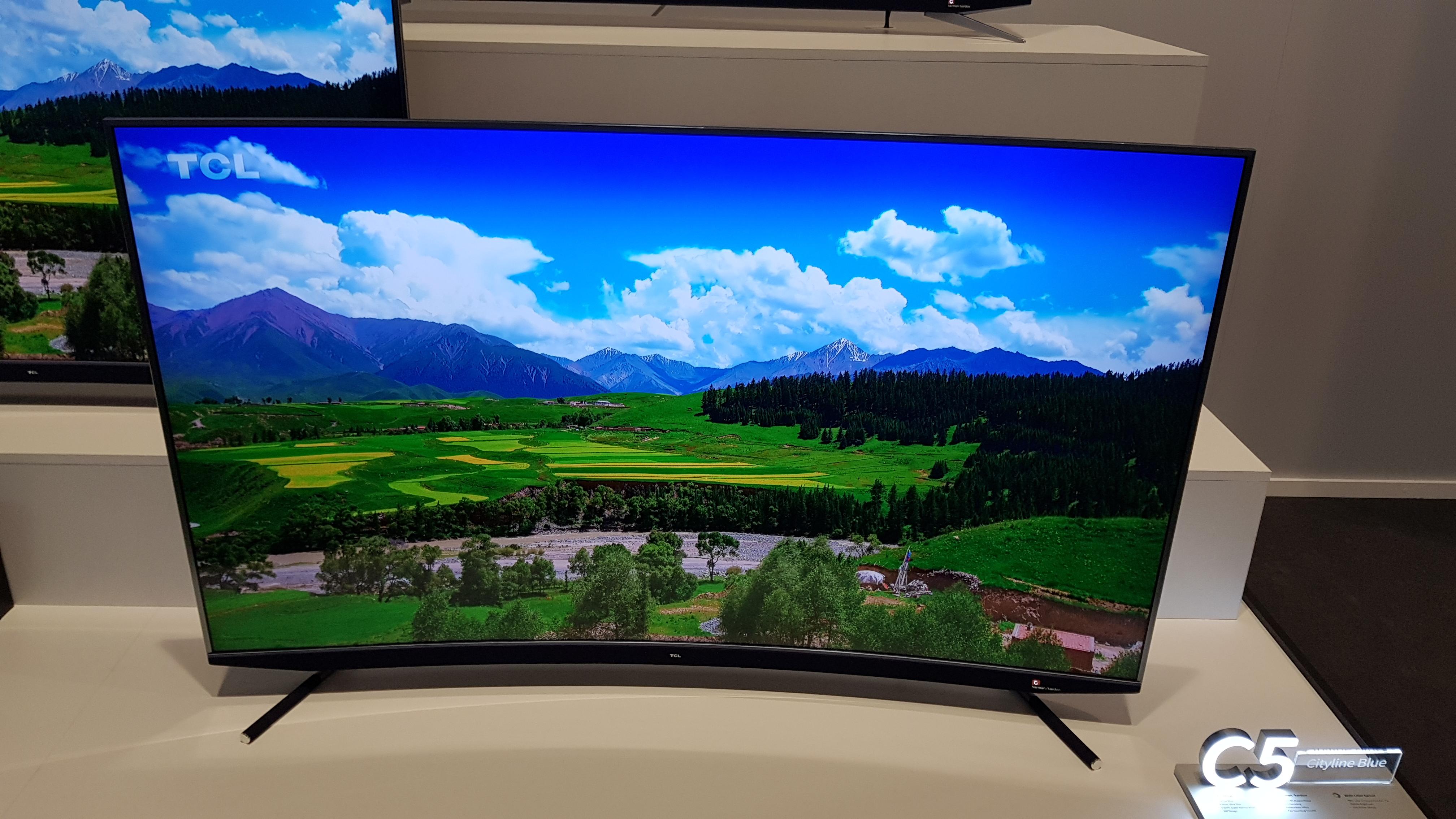 Este es el televisor curvo C5 de TCL
