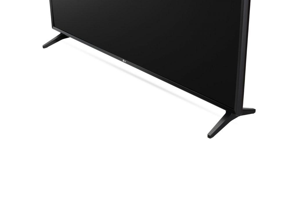 Aquí vemos la peana del televisor y el acabado de sus marcos