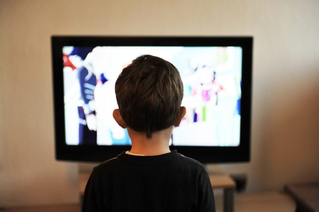 niño viendo la tv