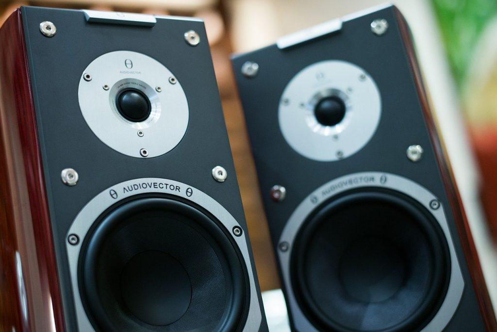 Cómo mejorar el sonido de una tele. Altavoces escritorio.