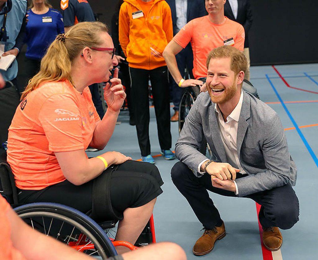 El príncipe charlando con un participante de Invictus