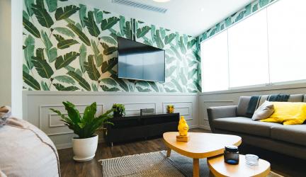 ¿Es mejor colgar la tele en la pared o ponerla en una superficie plana?